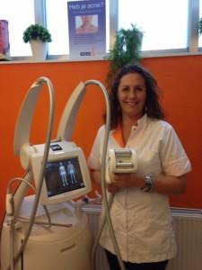Mareille Keuch demonstreert de rollers van het endermologie systeem